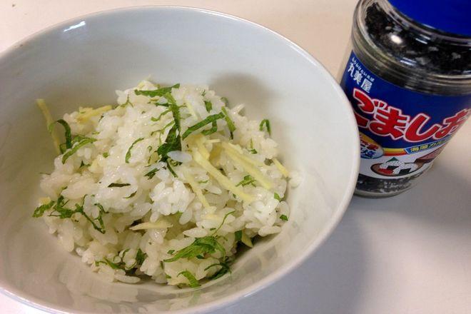温かいご飯にシソとショウガを入れてかき混ぜます。