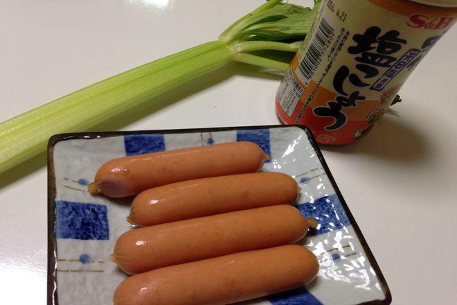 セロリとソーセージの炒め物(材料)